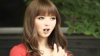 Китайская реклама жвачки: девушка на батарейках