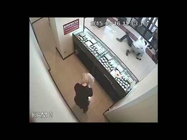 لص يفشل في  سرقة محل بعد تلقيه ركلة افقدته وعيه