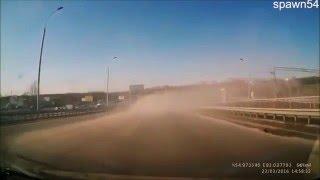 Смотреть онлайн Глупая авария с участием легковушки и уборочной машины