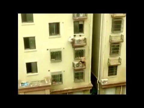 العرب اليوم - شاهد: رجلان يتسلقان عمارة على طريقة