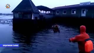 Баржу-бар с людьми на борту спасали работники МЧС в Мозыре в эту субботу