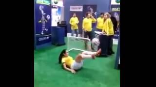 Вот как надо набивать мяч! Лучшие финты в футболе от молодой девушки!