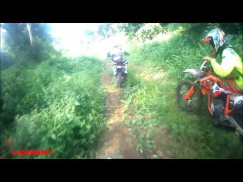 Co to było?! Dziwna postać przewraca motocyklistę i ucieka w pole!