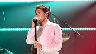 Gambar cover Niall Horan Does Gangnam Style Dance & Performs