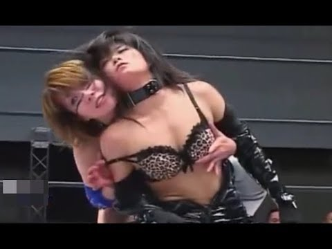 【WWE DIVA】Asuka takes off her opponent's costume and touches the breast!