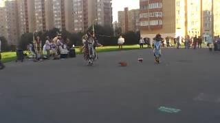 прикольные танцы ))), не всегда такое увидишь на  улицах