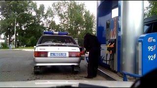 Прикол! На заправке утрамбовывают бензин.