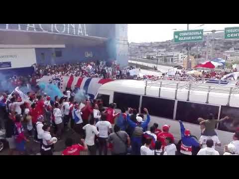 """""""Llegada Del Olimpia Y El Recibimiento De La Ultra Fiel!!"""" Barra: La Ultra Fiel • Club: Club Deportivo Olimpia • País: Honduras"""