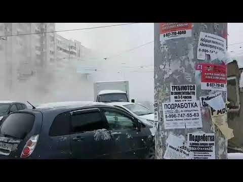 На пересечении пр. Ленина и ул. Полевой в Самаре проезжую часть заливает кипятком