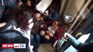 Ոստիկանները բռնի ուժով ակտիվիստներին հեռացրին քաղաքապետարանից