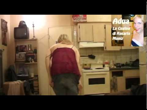 Donna con videocamere per guardare gratuitamente