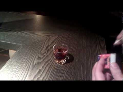 Bar-Trick: Wie man ein Schnapsglas mit der Handfläche hochhebt