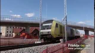 Vlak pelje pod nadvozom v Ljutomeru