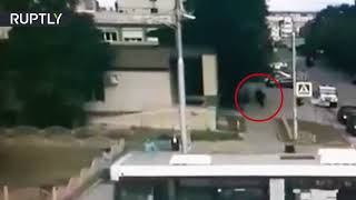 CCTV: Moment police officer kills Surgut knife attacker caught on cam (GRAPHIC)