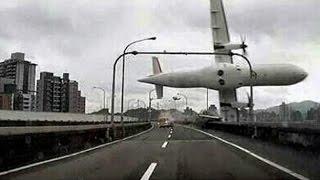Смотреть онлайн В Китае перед очевидцами рухнул самолет: 04.02.2015