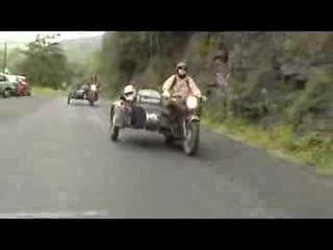 Die Fahrräder mit dem Motor auf dem Benzin der Preis