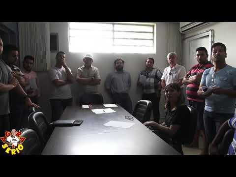 Repórter Favela faz perguntas para a Sabesp de Juquitiba em reunião na Prefeitura