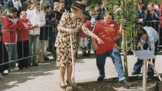 Sebastiaan plantte een boom met koningin Beatrix