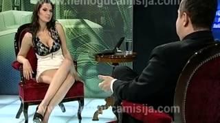 Srbského premiéra v televizi zpovídala moderátorka dole bez