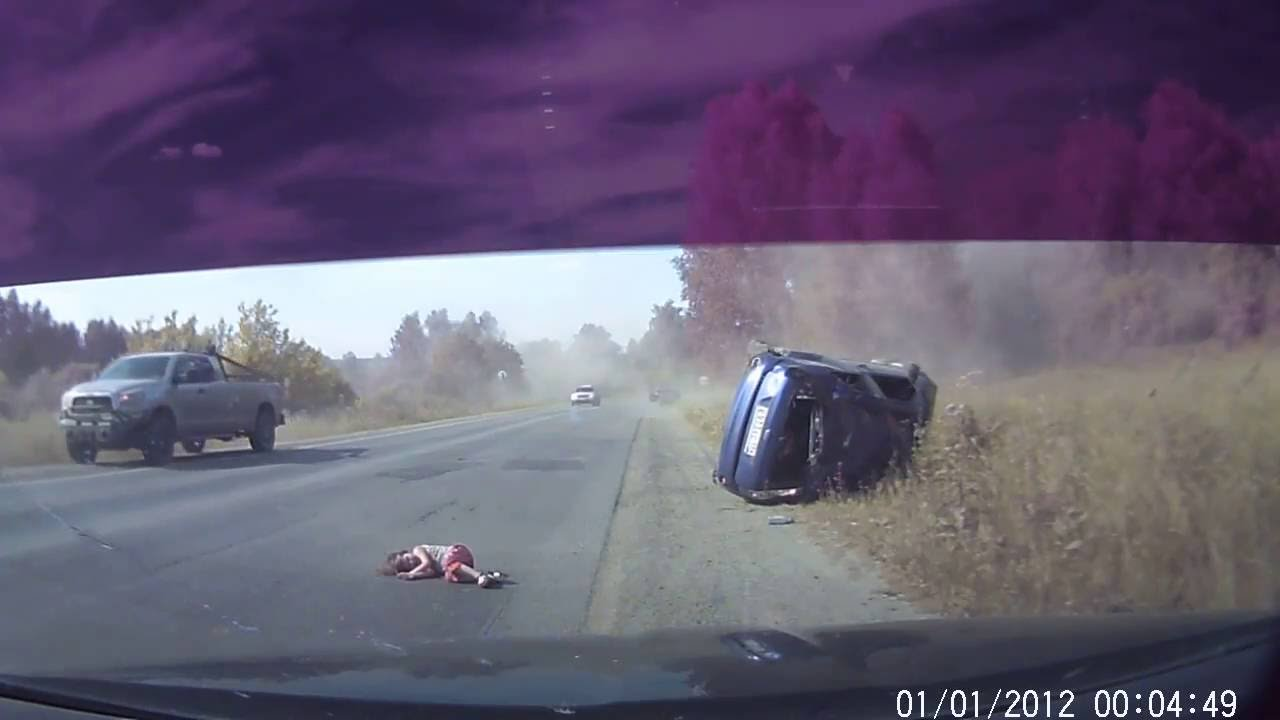 В Миассе Челябинской области из перевернувшегося автомобиля Ford Fiesta вылетел непристегнутый ребенок