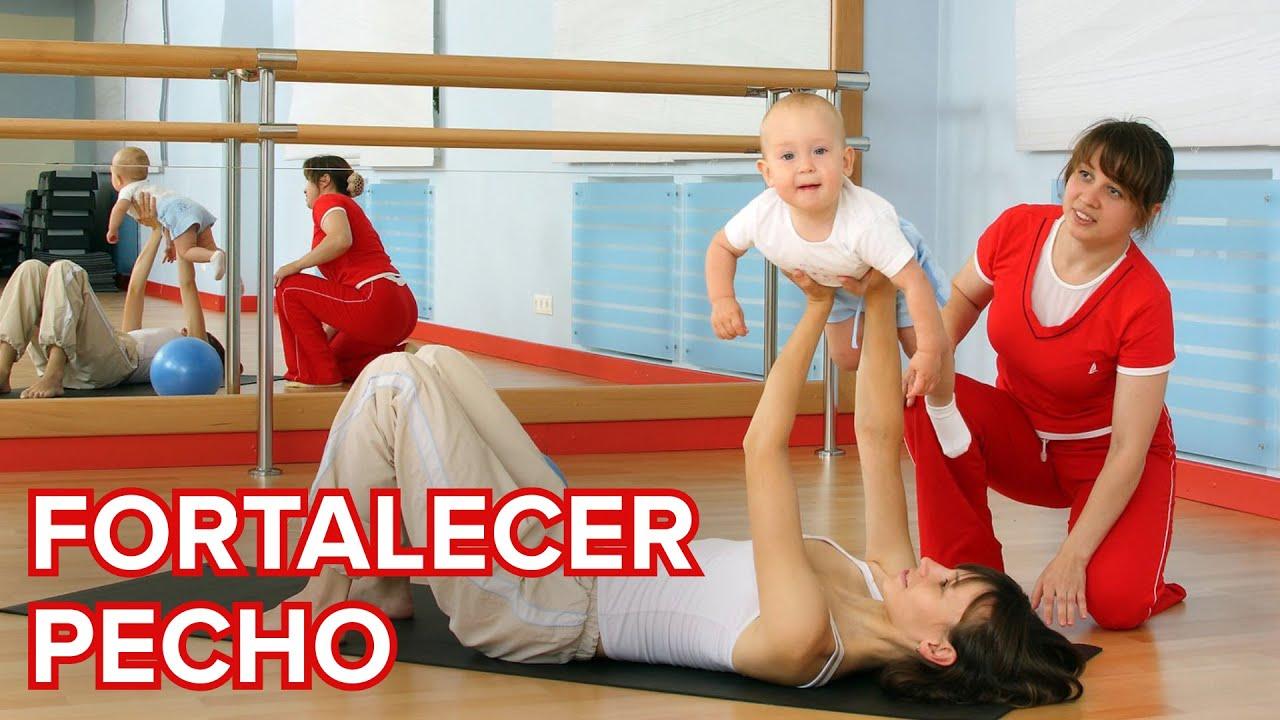 Ejercicio para fortalecer el pecho con el bebé en el posparto
