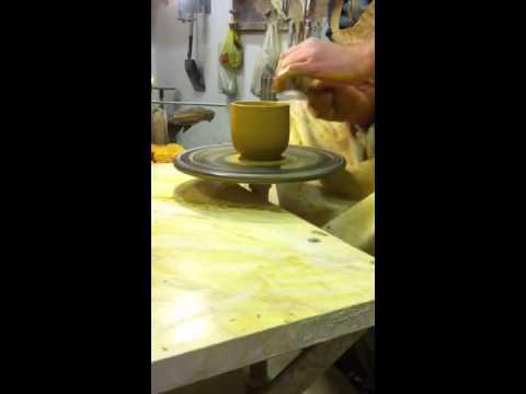 Cappuccino Tasse drehen. Cappuccinó bögre korongozása.