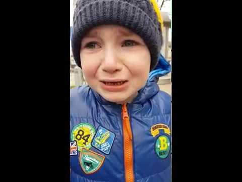 Мальчик горько плачет из-за каникул