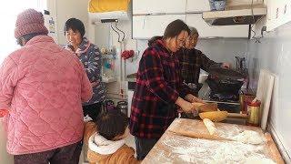 清香和婆婆包饺子过冬至,二猪姥姥姑姑都来帮忙,农村小院真热闹 【泥土的清香】