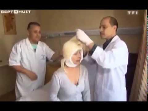 Le masque pour la personne du jus de la chélidoine sur
