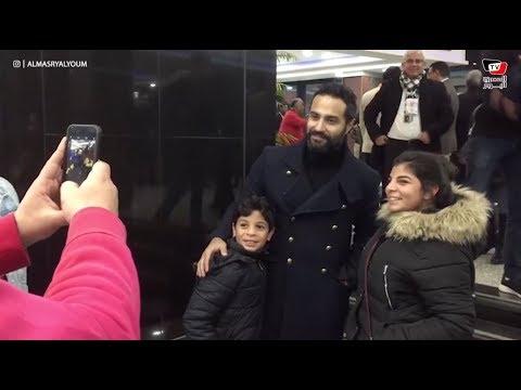 جماهير الأهلي تلتقط الصور التذكارية مع كريم فهمي.. وأحمد السعدني يحضر لمؤازة الفريق