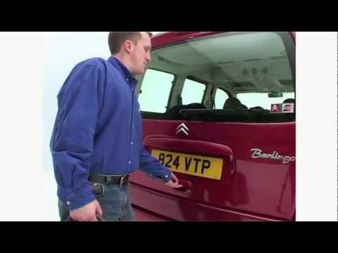 Pumpen Sie das Benzin in den Vergaser