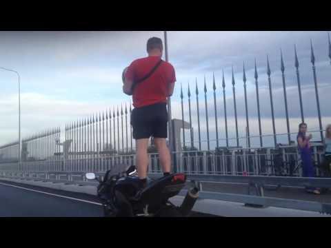 Видео: мотоциклист прокатился по Деревяницкому мосту, стоя на «железном коне»