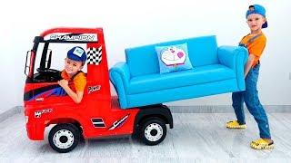 Vlad và Nikita giả vờ chơi với Trucks cho trẻ em