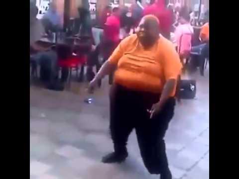Homme fou qui danse