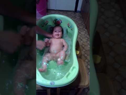 Дети купаются в ванночке, младенец.Видео для детей