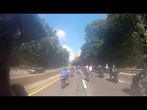Tästä netti puhuu! – Todella massiivinen joukko moottoripyöräilijöitä ahdistelee autoilijaa