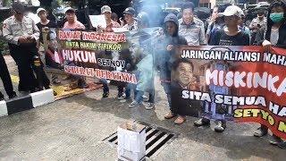 Gelar Aksi di Depan Gedung Pengadilan, Massa Meminta Novanto Dihukum Setimpal