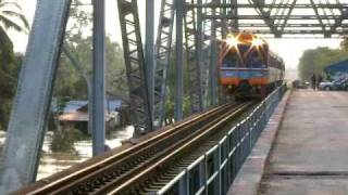preview picture of video 'Flood in Phunphin - Surat Thani - train from Bangkok on the bridge - 08.04.2011'