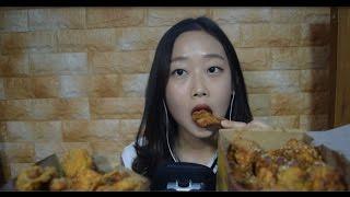 Смотреть онлайн АСМР: Звуки как азиатка кушает еду