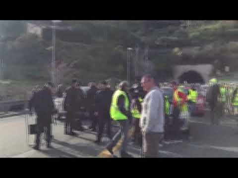 VENTIMIGLIA: LA PROTESTA DEI GILETS GIALLI ALLA BARRIERA AUTOSTRADALE