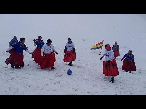 العرب اليوم - سيدات من بوليفيا يلعبن كرة القدم فوق الثلج بتنانيرهن التقليدية