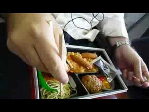 Comiendo de una caja en un tren Japonés - Bento en Japón