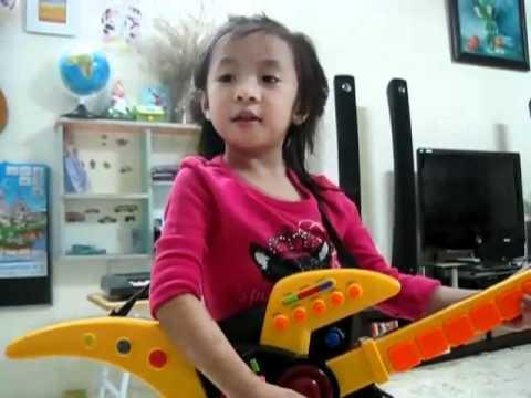 Bé 4 tuổi hát