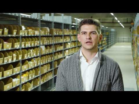 """Mit den individuellen Paketbeilagen von Adnymics bietet der weltweit operierende Full-Service-Logistikdientleisters Fiege seinen Kunden einen innovativen """"Value Added Service"""". Erfahren Sie im Video, wie Fiege für Online-Händler individualisierte Paketbeilagen direkt in der Versandlogistik produziert."""