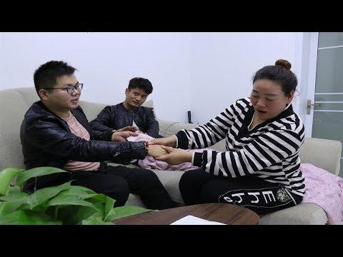 董事长去看望受伤的员工,员工妻子看到他手上的胎记,惊喜来了【阿辉剧场】