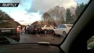 Видеокадры с места крупного ДТП под Смоленском, где столкнулись не менее 12 автомобилей