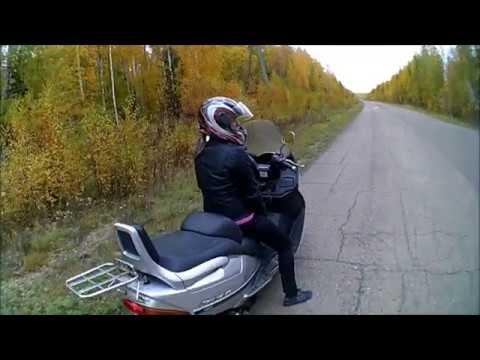 Девушка в первый раз едет на скутере.
