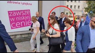 """Kolejna zakłócona wizyta Morawieckiego. """"Łapy precz od naszych dzieci"""""""