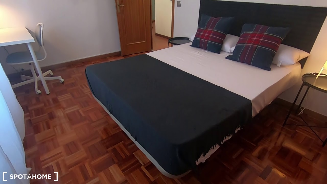 Double bed in Bright rooms for rent in huge 9-bedroom apartment, Ciudad Lineal