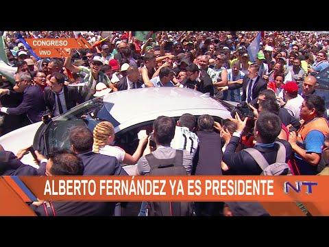 Accidentada salida de Alberto Fernández del Congreso: cedieron las vallas y le abollaron el auto